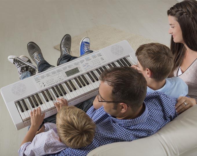 Hướng dẫn tự tập đàn Organ Yamaha cơ bản nhanh nhất Cách học đàn organ yamaha nhanh nhất mà chúng tôi mang đến cho bạn như sau: Đầu tiên, bạn nên chia nhỏ từng bài, từng đoạn, từng câu 2 tay, chú ý đến ngón tay và dấu hóa, nhất là những nốt nhạc ở khóa pha, những ký hiện luyến, ngắt. Bạn sẽ cần phải tập ban đầu sao cho đúng nhất, bạn phải vừa bấm phím đàn, vừa đọc nhẩm gia điệu của bản nhạc cho dễ thuộc và dễ nhớ. - Trong khi học đàn organ yamaha, nếu bạn thấy khó ở câu nào thì bạn hãy tập riêng từng tay để chắc chắn đúng rồi sau đó mới ghép hai tay vào. Ngoài ra, bạn cũng nên tập từng câu cho cẩn thận đến khi thuộc thì mới ghép cả bài. - Cuối cùng, sau khi đã tập đúng và thuộc từng câu nhạc ở 2 tay, bạn hãy kiểm tra lại xem bài tập của bạn có bị sai trường độ hay không (đoạn nhanh, đoạn chậm) bằng cách ghép từng đoạn nhạc với nhọp trống của đàn organ (bạn cần phải chọn tiết tấu đàn sao cho phù hợp với mỗi bài hát). Khi bạn đã cảm nhận bài tập của mình ổn hơn, bạn mới bắt đầu xử lý sắc thái âm thanh to nhỏ… theo những ký hiệu trong bài nhạc.