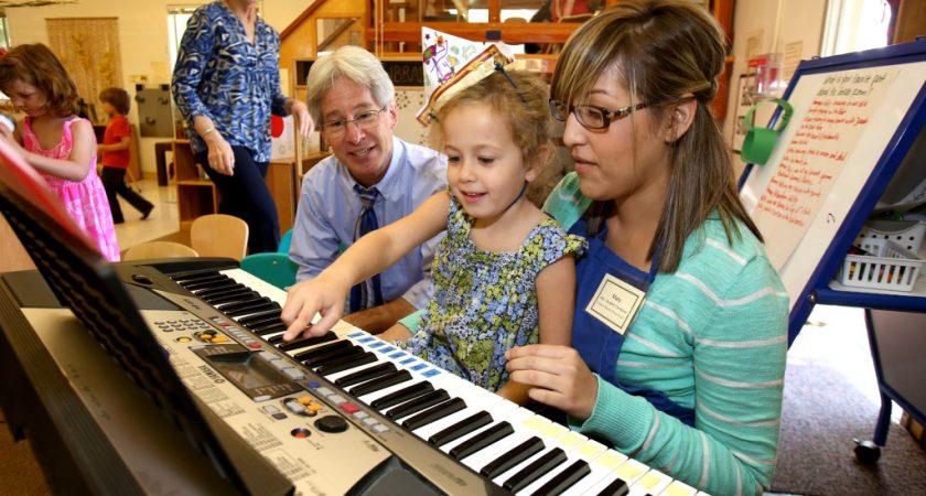 Hướng dẫn bé chơi đàn Organ đúng cách