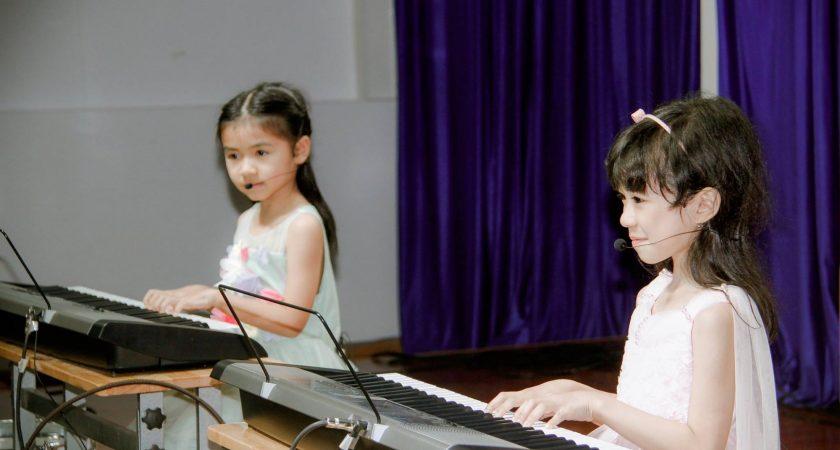 Cho trẻ em học đàn organ hay piano