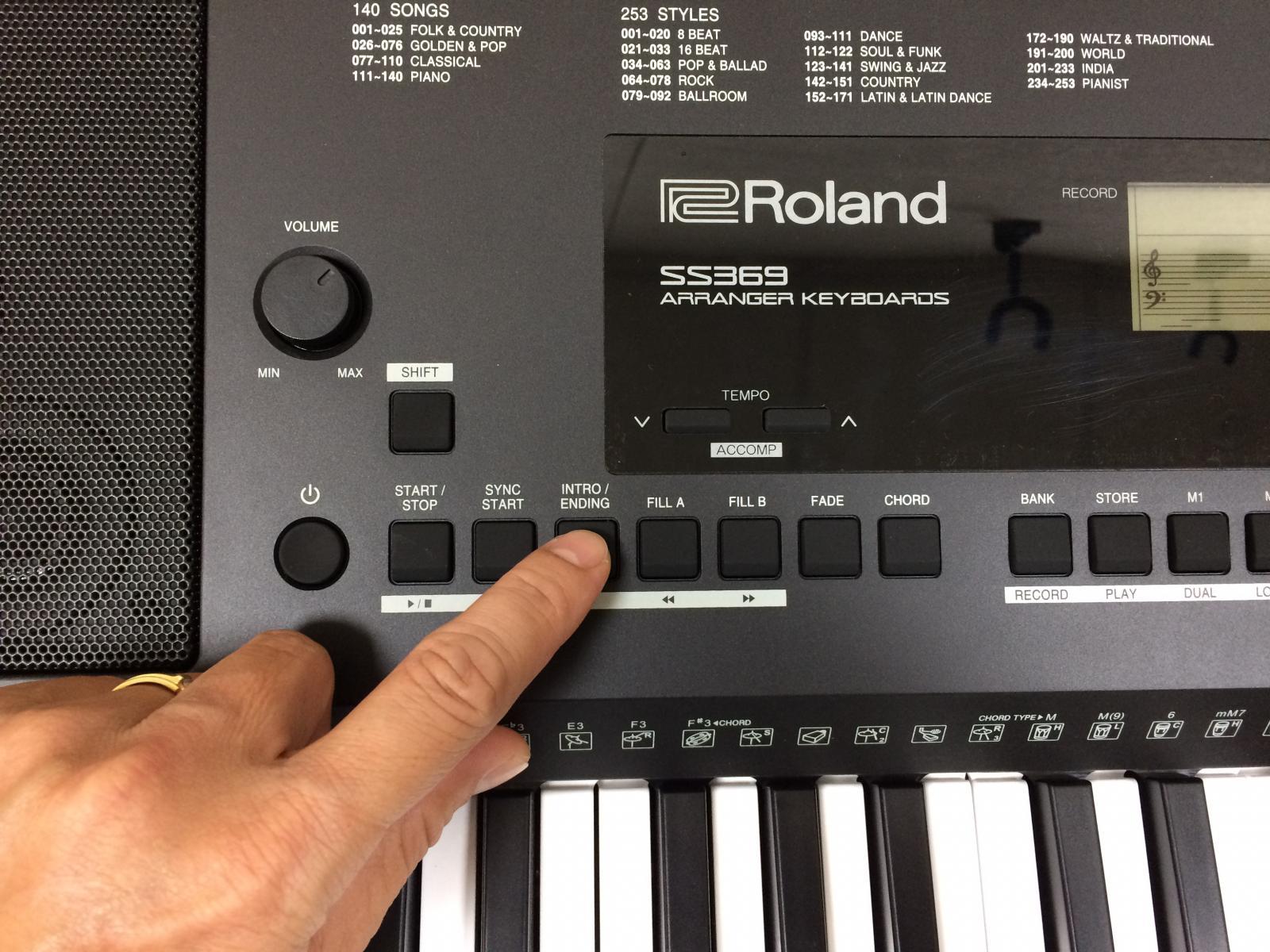5 Sử dụng các nút chức năng khác Nếu sử dụng INTRO của giai điệu thì chúng ta bấm INTRO trước sau đó mới bấm hợp âm cho giai điệu chạy. Nếu sử dụng ENDING thì trong lúc giai điệu đang chạy chúng ta bấm vào INTRO/ENDING